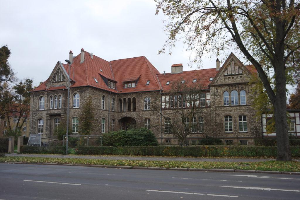 Vorderansicht des Gebäudes im Kreuzbergring 57, ehemaliges Akademisches Waisenhaus. Foto: Daniel Erdmann, 2019.