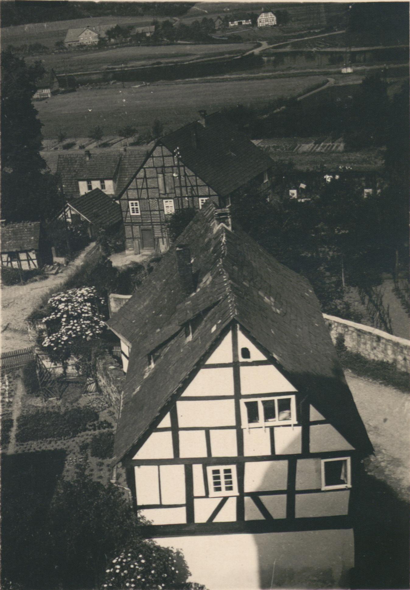 Das Landheim in Lippoldsberg vom Kirchturm aus fotografiert, ohne Datum. Quelle: Reproduktion der SUB Göttingen Handschriften und Seltene Drucke: Cod. Ms. H. Nohl 752: 5; Bild 31.