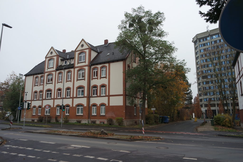 Ansicht Straßenseite vom Kreuzbergweg 24 in Göttingen. Foto: Daniel Erdmann, 2019.