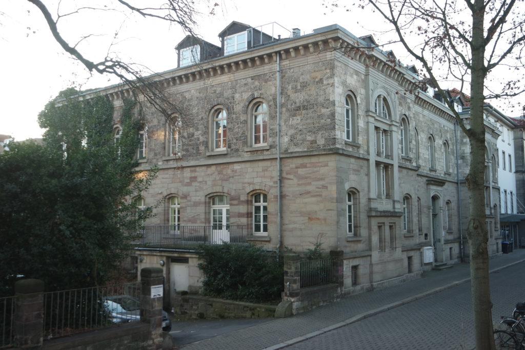 Vorder- und Seitenansicht der Geiststraße 11 in Göttingen, Foto: Daniel Erdmann (2020).