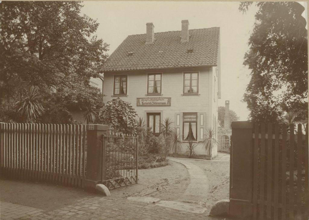 """Ansicht Frontseite Hainholzweg 32 in Göttingen, """"Kunst & Handelsgärtnerei Heinrich Scheuermann"""". Aufnahmedatum unbekannt (vermutlich Anfang des 20. Jahrhunderts)."""