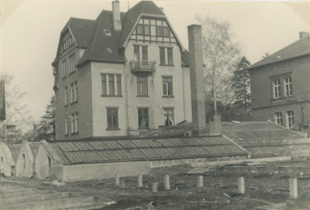 """Ansicht Rückseite Hainholzweg 32, """"Gewächshaus mit Binderaum und Heizung (von Süden gesehen)"""" aus den Akten der Stadt Göttingen; Aufnahmedatum vermutlich um 1965."""