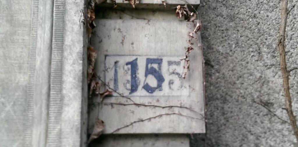 Noch erkennbare frühere Hausnummer (13/15) am heutigen Nikolausberger Weg 15 in Göttingen.