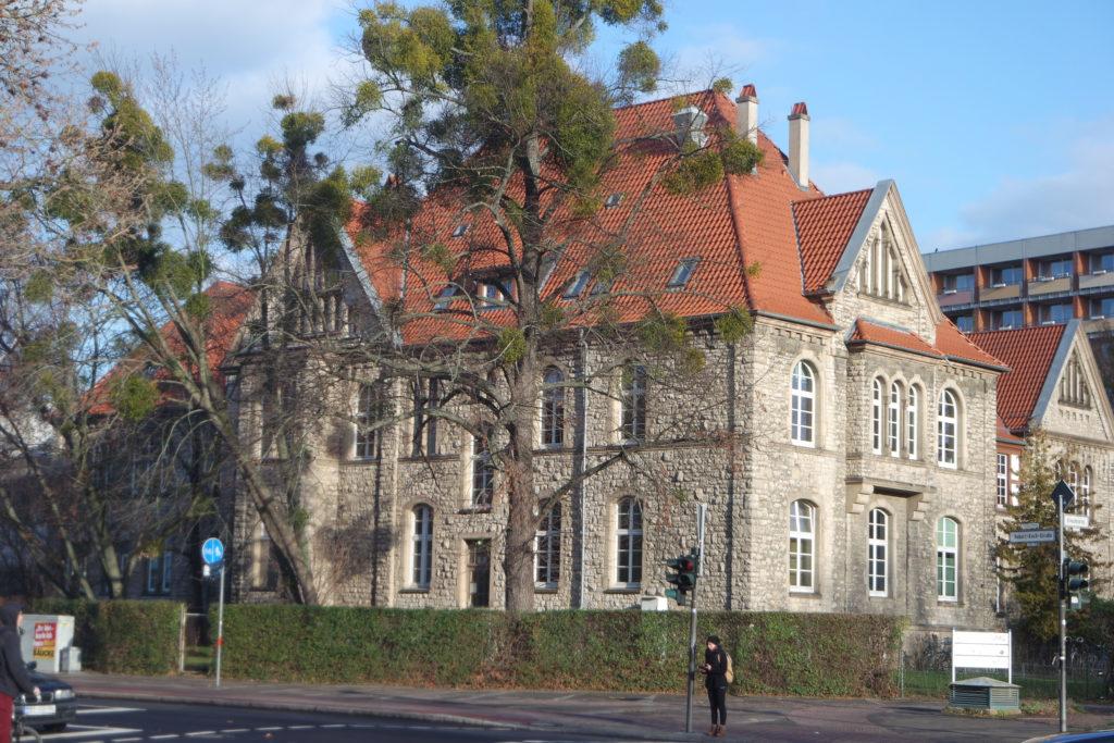 Seitenansicht des Gebäudes im heutigen Kreuzbergring 57, ehemaliges Akademisches Waisenhaus. Foto: Daniel Erdmann, 2019.